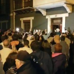 La unión de los vecinos echa a los Okupas y devuelve a Vitori su casa